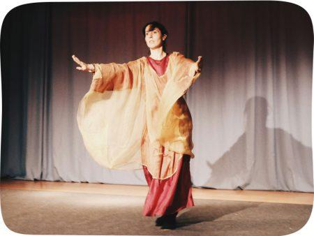 Dozentin Loriana Favro während einer Aufführung